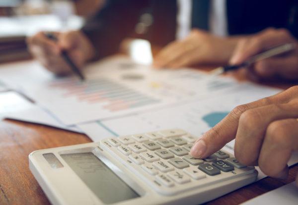 businessmen-discussion-analysis-sharing-calculatio-7E64DP6_Easy-Resize.com