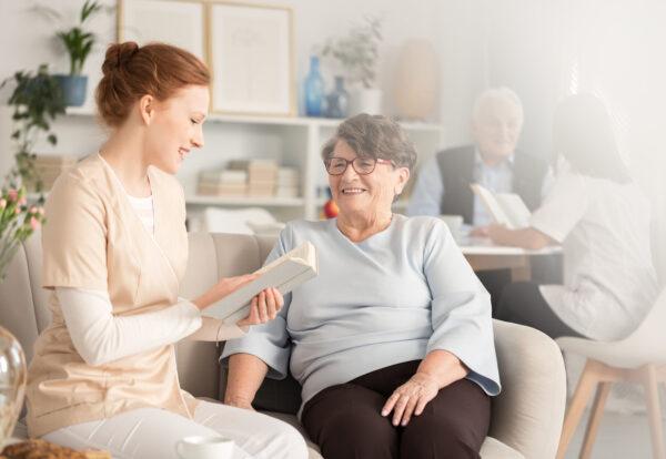 volunteers-reading-books-to-pensioners-PJ8SFNC_Easy-Resize.com